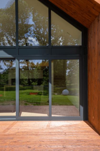 dom modułowy SPINE dom pokazowy z prefabrykatów stolarka okienna